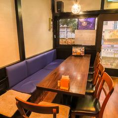 店内入り口側には壁面がベンチタイプのテーブル席が2名様×5卓分あります。少人数でのご利用から、最大10名様までのご利用が可能です。これからの季節、忘新年会や各種パーティ・女子会・地域の集まりなど用途に合わせてお選びください。