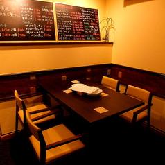 ご家族でのお食事、少人数女子会にもピッタリのテーブル席。こだわりのカキ&イタリアンで贅沢なひと時を。