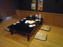 お座敷のテーブルは、4名席×4卓。お座敷は最大30名くらいまで収容可能です。