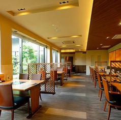 1階 テーブル席2名掛けテーブル20台4名掛けテーブル3台用意しております。