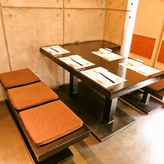 グループ・女子会もふらっと楽しめるテーブル席。