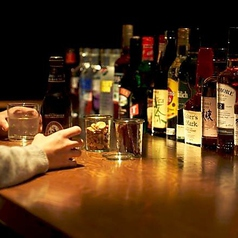 ビールやウイスキー、ワイン片手にカウンターで語り合う。そんな時間をお過ごしいただけます。