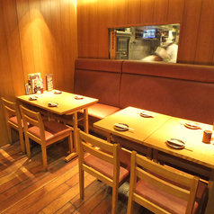 「8名様席」調理場も見え、席の後ろの窓からは焼き台にて黒豚などを焼くキッチンスタッフの姿が見える特等席です。
