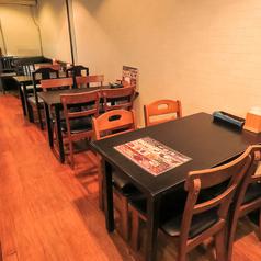 店内の奥には4名様用のテーブル席が 4卓あります。テーブルはどれも組み合わせが自由ですので、4名様から最大16名様までのセッティングが可能です。これからの季節、忘新年会や各種パーティ・女子会・地域の集まりなどご利用シーンに合わせてお選びください。