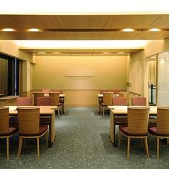2階 テーブル席4名掛けテーブル6台用意しております。テーブルアレンジが可能です。19名様より貸切で承ります。