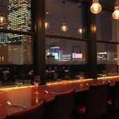【デート・ご夫婦に最適】東京駅舎の夜景を眺望できるカウンター席《3組様限定》東京駅を眼下に見渡せる抜群に眺めが良いお席です。夜はライトアップされた東京駅舎や丸の内の夜景を一望いただけます。デート・ご夫婦・友人同士など距離の近い相手とのご利用におすすめです。人気のお席のため事前のご予約をお薦め致します