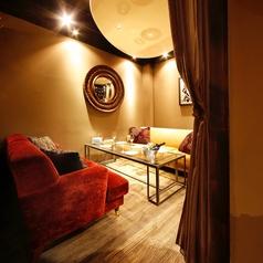 3~5名様までOKのふかふかソファー個室。デートや合コンにもぴったりです。人気のお席ですのでお早目のご予約を♪ 個室使用料:500円/お一人様(3名様以上) / 750円/お一人様(2名様)