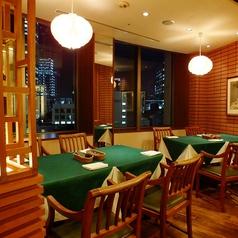8名様用の半個室です。夜は夜景を眺めながら老舗の味を堪能♪三越店ではお客様の層に合わせ、厳選した素材による『特選メニュー』やちょっと小さめの洋食メニュー『スモールポーション』が充実しております。窓側の席では、9階から見える日本橋の景色もご堪能頂けます。