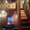 2Fのこの階段を潜れば、秘密の個室風ロフト席!大人コンパに大人気のお席です。ご予約はお早目に!