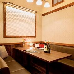 人気のソファーテーブル席はお早めのご予約を!お子様をふくめたご家族でのご利用はもちろん、女子会や合コンにも、ゆっくりくつろぎながら会話できる空間です♪美味しいワインとお肉があれば、完璧!当店でくつろぎのひとときを!