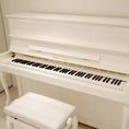 【設備のご案内】白いピアノのご利用もできます。ファンクラブ、結婚式、イベントなど様々なシーンで語義用可能です。