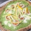 料理メニュー写真海老とリコッタチーズ、ズッキーニクリームソースのピッツァ