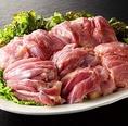 ジューシーな肉質の純和鶏は、純国産鶏種を交配して生まれた純国産のブランドになります。素材としての味わいを好む方のために育種改良し生まれた鶏です。繊維が細かく柔らかでジューシーなむね肉など、国内の方がおいしいと感じるような鶏肉に仕上げております。