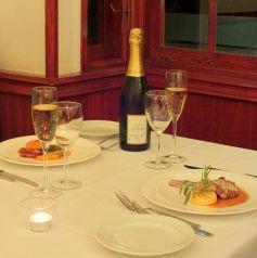 レストランフロアでは記念日など、特別な日のお食事に最適な、2名様用のお席と3名様~OKの広々としたテーブル席をご用意しております。お友達同士でのお食事はもちろん、デートにもぴったりの空間です。