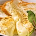 料理メニュー写真カマンベールチーズのオーブン焼き~バケット添え~