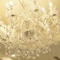 シャンデリアと光の演出が美しい店内