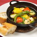 料理メニュー写真海老と野菜のアヒージョバケット添え