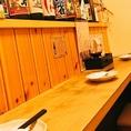 店主との距離が近く、会話を楽しめる特等席となっております。厨房で調理する店主を間近に見ながら、お料理が気になるお客様には店主が食材や調理の説明をしながらお料理提供をさせていただきます。