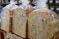 店内でお召し上がりいただいているサンドイッチやホットサンド、ハニートーストなどのパンは、牛乳、卵不使用そして保存料を全く使っていないNanの木自家製!店舗でもお買い求めいただけます。