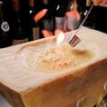 【Velonica風リゾットの作り方1】お客様の目の前でチーズに火をつけ、溶けさせます。