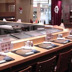 少人数でのご利用に、お一人様でのお食事に最適なカウンター席です。ゆったりとした空間の中、お食事をお楽しみください。