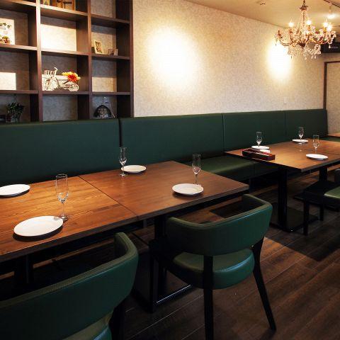 ゆったりと座ることができ、落ち着いた雰囲気の広々としたテーブル席は2名様~最大24名様まで収容◎ ゆっくりお食事をご堪能下さい。