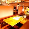 店内中央にあるテーブル席は最大6名様までご利用頂けます!幅広のテーブルなので広々とお料理を並べることができ、お食事をお楽しみ頂けます。各お席にタッチパネルが設置されていますのでご注文がスムーズに行えます。