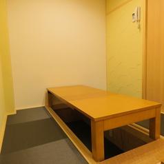 4,6名テーブル×計4卓ございます。掘りごたつ席で完全個室となっておりますのでゆっくりお寛ぎいただけます。