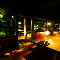 店内を眺める高床式の個室