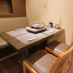 テーブル4名席×2卓。