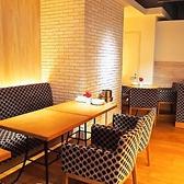 ◆メインダイニング◆メインダイニングのテーブル席です。片側がソファー席になっているお席もございます。女子会・宴会にぜひご利用ください。