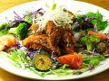 料理メニュー写真若鶏のから揚げサラダ仕立て 焦がしガーリックバジルソース