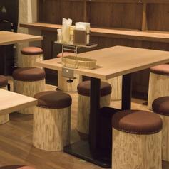 当店ではたくさんのテーブル席をご用意しております。会社宴会やご家族でのご利用時におすすめ♪飲み放題コースがあるので歓送迎会はもちろん、プライベートでのご利用、女子会にも◎