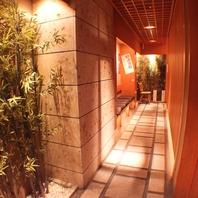 ◆入り口は風情ある木の空間◆