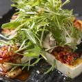 料理メニュー写真豆腐とキムチの韓国風サラダ
