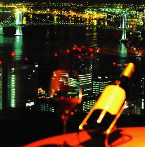 レインボーブリッジに東京タワー、羽田空港や房総半島まできらめく夜景が見渡せる