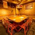 右奥の大きな卓を囲む個室席。