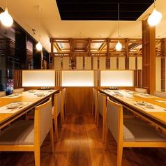 テーブル席になっておりますので、足をくずしてゆったりとおくつろぎ頂けます。上質で落ち着いた和モダンな空間は接待や会食などにもおすすめです。当店では、海鮮料理やその他逸品料理を多数ご用意致しております。日本酒や焼酎などもご一緒にぜひご堪能くださいませ。
