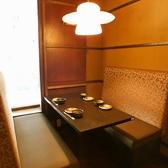 落ち着くテーブル席。お席もしっかりスペースをとっておりますので、窮屈にならずにお食事・ご宴会をご堪能いただけます。