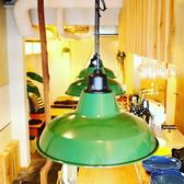 店頭、店内の木材や植物に囲まれた落ち着く空間でシェフのこだわりのイタリアンをお楽しみください。