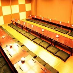 【4階】和の大広間。最大90名様までOK。プロジェクターやマイクもご用意できますので、会社や学校などのイベントにもお使いいただけます。
