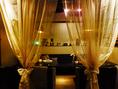 大人コンパにオススメ★黄金色に輝く優しい照明とオシャレな小物に囲まれたドレープで仕切れるソファ個室♪