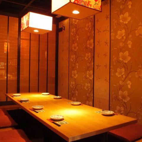 ダウンライトが落ち着く雰囲気を演出…周りを気にせずお寛ぎいただける大小個室は全12室ご用意!