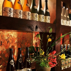 店内は日本酒に囲まれた落ち着いた空間です。季節に合わせたお花でおもてなし。当店は様々なシーンで安心してご利用いただける居酒屋です!気軽な飲み会から、大人数でのご宴会や接待、会食にも最適◎お気軽にご相談ください♪