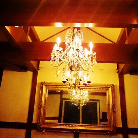 2階席は天窓とシャンデリアがきらめきます。