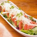 料理メニュー写真フレッシュトマトとアボカドのサラダ