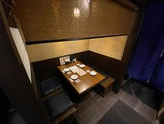 席ごとに仕切られている1階テーブル席は隣同士の会話を気にすることなくお楽しみいただけます。カーテンも閉めることができ、半個室タイプのテーブル席で、安心してお食事をお楽しみいただけます。