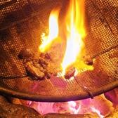 【こだわり1】豪快な炭火で一気に焼き上げる力強い名物料理!『宮崎地鶏もも炙り焼き(120g)』・『播州百日鶏もも炙り焼き(120g)』