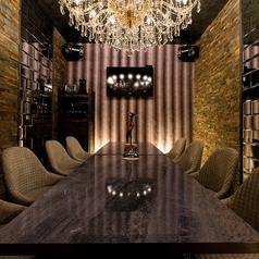 石材とシャンデリアのカラオケ個室は高級感溢れた空間☆少人数でのプライベートな宴会をお楽しみできます!