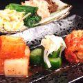 料理メニュー写真彩り野菜のナムル/キムチ3種盛り合わせ